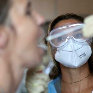 """Coronavirus, nella Sanità nascono il """"tampone solidale"""" e il """"tampone sospeso"""" per i meno abbienti"""